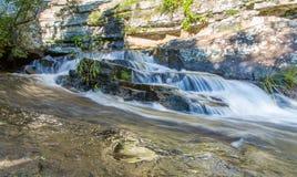 在岩石的流动的小河-德肯斯伯格,南非 免版税图库摄影