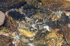 在岩石的浪潮起伏的落下的水 库存图片