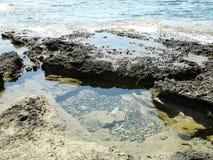 在岩石的海水在塞浦路斯 免版税库存照片