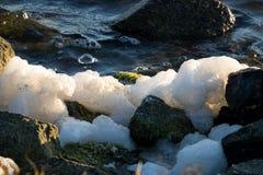 在岩石的海泡沫在Bolsa奇卡沼泽地 免版税图库摄影