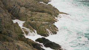 在岩石的海浪断裂,关闭 本质强制 影视素材