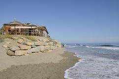 在岩石的海滩酒吧 图库摄影