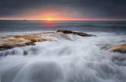 在岩石的潮汐流在Cronulla靠岸 库存图片