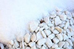 在岩石的熔化的雪 图库摄影