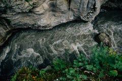 在岩石的狭窄的裂缝,峡谷,山河,顶视图 免版税库存照片