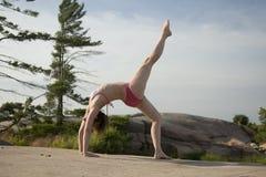 在岩石的瑜伽 免版税图库摄影