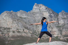 在岩石的瑜伽 图库摄影