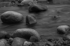 在岩石的瑞尼尔山河 图库摄影