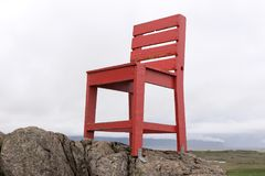 在岩石的红色木椅子 抽象横向 免版税库存图片