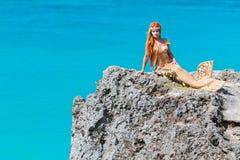 在岩石的美人鱼 免版税库存图片