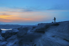 在岩石的美好的太阳上升 免版税库存图片