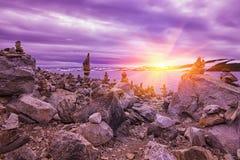 在岩石的美好的日出在A湖,挪威 免版税库存图片