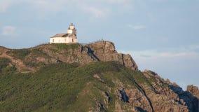 在岩石的老灯塔 免版税库存照片