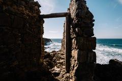 在岩石的老门 图库摄影