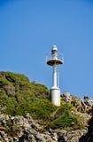 在岩石的自动灯塔 库存图片