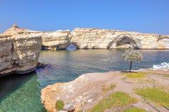 在岩石的自然孔 免版税库存图片