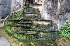 在岩石的落下的喷泉 库存图片