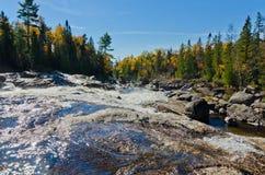 在岩石的落下的水 免版税库存照片