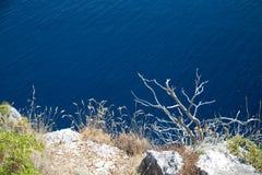 在岩石的蓝色海上面 免版税库存照片