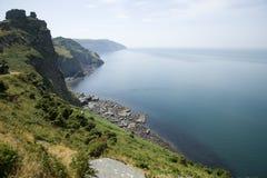 在岩石的谷的剧烈的海岸线 免版税库存照片