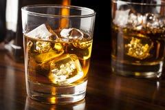 在岩石的金黄布朗威士忌酒 免版税库存图片