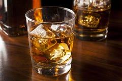 在岩石的金黄布朗威士忌酒 库存照片