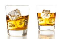 在岩石的金黄布朗威士忌酒 免版税库存照片