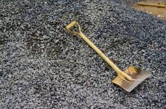 在岩石的铁锹 免版税库存图片