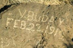 在岩石的题字在刻在岩石上的文字国家历史文物读, 1919年2月22日展示美国本地人刻在岩石上的文字故意破坏  免版税图库摄影