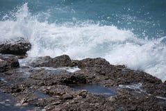 在岩石的飞溅 免版税库存图片