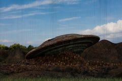 在岩石的飞碟崩溃 库存图片