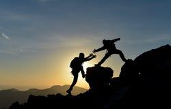 在岩石的登山协助 库存图片