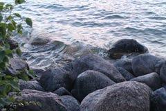 在岩石的水搭接在夏天湖 库存照片