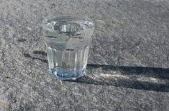 在岩石的水玻璃 免版税库存图片