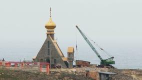 在岩石的建筑工作在黑海 股票视频
