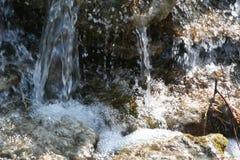在岩石的水 图库摄影