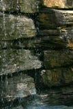 在岩石的水 库存照片