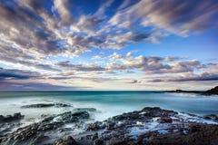 在岩石的cloudscape海岸 免版税库存照片