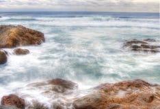 在岩石的Coffs Harbour水 库存照片