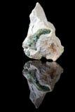 在岩石的Wavellite绿色水晶 免版税库存照片