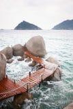 在岩石石头之间的方式在海 库存照片
