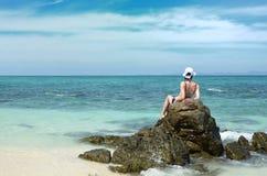 在岩石竹子海岛上的女孩 库存照片