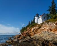 在岩石缅因沿海岸的灯塔 库存照片