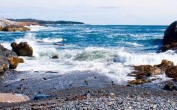 在岩石缅因海岸线的波浪 库存照片
