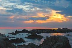 在岩石蒙特里加州的日落, 免版税库存照片