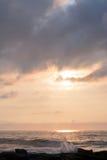 在岩石跳船的天堂般的夏天日出在海滩 库存照片