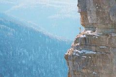 在岩石边缘的摄影师 库存图片