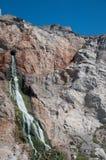 在岩石里面的级联 库存图片