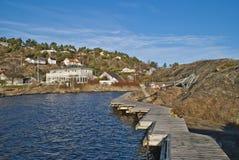 在岩石附近上结构和小船跳船 免版税库存照片