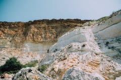 在岩石附近的山接近海 免版税库存图片